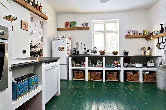 Cozinha com piso verde, simples mais arrumadinha, prateleiras de madeira e bancada preta. Cozinha Verde Greenery e outros tons!