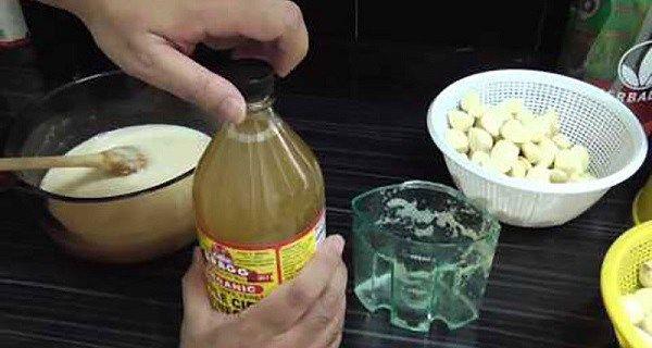 Page précédente Le Citron et l'ail sont couramment utilisés pour l'assaisonnement des salades ou de la viande. Néanmoins, les gens ne connaissent pas les effets positifs que ces deux ingrédients offrent à leur santé globale lorsqu'ils sont combinés ensemble.   La combinaison du Citron et de l'ail combinés est utilisée pour abaisser le taux …