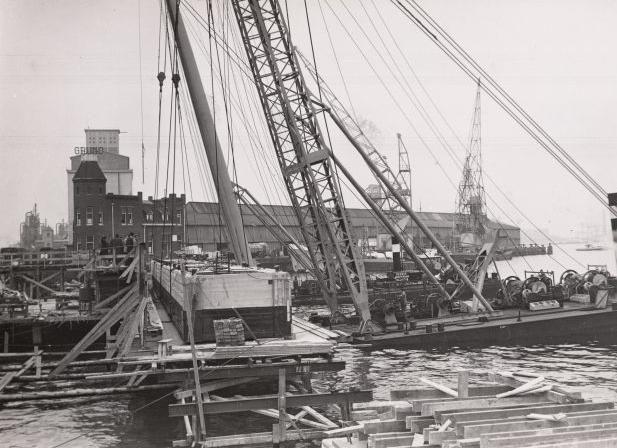 Amsterdam, Westerdoksdijk 44. Scheepvaartbedrijf 'Gruno'NV, gezien vanaf het IJ naar het Stenenhoofd.