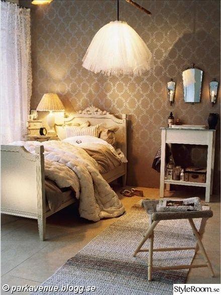 tylllampa,tyll,taklampa,tapet,säng,gustaviansk,speglar,spegelvägg,lantligt