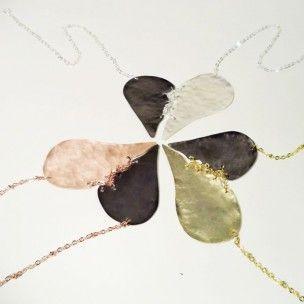 Σπασμένη Καρδιά  Σφυρήλατο μενταγιόν-καρδιά σε 3 διαφορετικες αποχρωσεις ~~~επίχρυσο-μαύρο επιροδιωμένο, ροζ χρυσό-μαύρο και επάργυρο-μαύρο με αλυσίδες. https://www.etsy.com/listing/220205842/broken-heart-duo-metal-pendant-hammered  #broken, #heart, #καρδιά, #κοσμήματα, #hammered, #metal, #gift, #forher, #etsy, #shop, #forsale, #algoelegante, #pendant, #jewelry