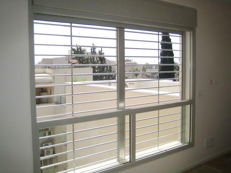 סורגית לבטיחות ילדים דגם פרימיום אלומיניום אל חלד אופקי מותקנת בחלון גדול בסלון. לפרטים: סורגית 1700-705-005.