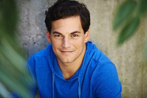 L'attore di origini italiane Giacomo Gianniotti entra nel cast di Grey's Anatomy in un ruolo ancora segreto. Bonus casting Christina Cole in Suits