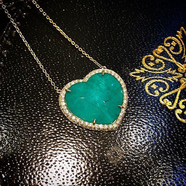 Significativo dije de corazón, en Oro Amarillo, Diamantes, madre perla, y Esmeralda Duplé. #GeneracionesDeExcelencia