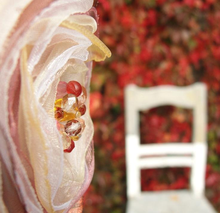 Ptáci v trní Brož byla vyrobena a focena speciálně pro soutěž Růžového pantera Květinová aplikace na brožovém můstku zdobená českými skleněným broušenými ohňovkami, průměr 7 cm