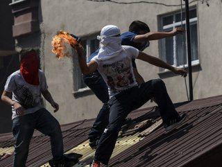 Adanada Polis PKK Yanlısı 5 Eylemcinin Ayaklarına Sıktı  Polis Adanada sözde özerklik ilan etmek amacıyla yasa dışı gösteri düzenleyen terör örgütü yandaşlarına müdahale etti.  Molotofkokteyli el yapımı patlayıcı ve pompalı tüfekle polise saldıran gruptan 5 kişi ayaklarından vurularak etkisiz hale getirildi.  Alınan bilgiye göre terör örgütü PKK/KCK yandaşı bir grup merkez Seyhan ilçesi Şakirpaşa Dağlıoğlu ve Denizli mahallelerinde sözde özerklik ilan etmek için yasa dışı gösteri düzenledi…