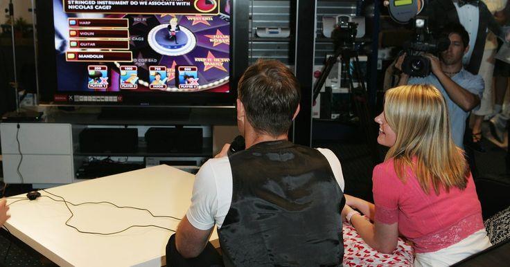 """Como conectar o kit de bateria sem fio do jogo """"Guitar Hero"""" para Playstation 2. O kit de bateria disponível para o Playstation 2 permite que você toque suas músicas favoritas do jogo Guitar Hero World Tour. O kit é sem fio, fácil de montar e conectar. Duas pilhas AA são necessárias para conectar e ligar o produto. Quando estiver conectado, o kit de bateria entrará em """"Sleep Mode"""" (modo dormir) depois de 5 minutos de ..."""