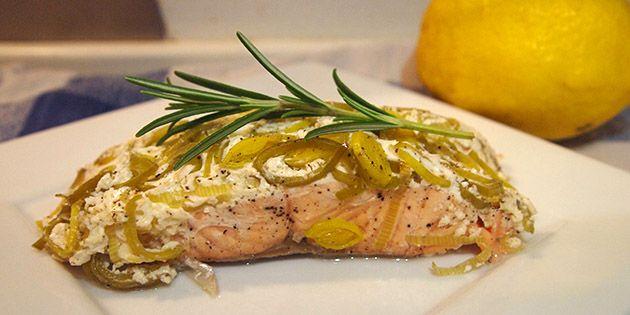 Super nem opskrift på lækre laksepakker, der tilberedes i ovnen med creme fraiche, porrer og citronsaft.