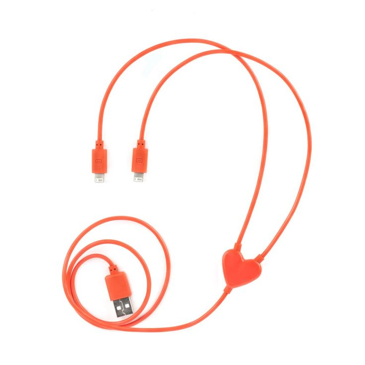 Esta estupenda idea para regalar da energía al teléfono móvil y quizá también al amor. Con este cable los dos corazones no han de separarse cuando hayan de cargar la batería del móvil… perdón: las baterías de los móviles. Pero no solo los enamorados van a disfrutar de este regalo, pues tiene un uso muy práctico. ¡Una gran idea para regalar con la que acertarás!