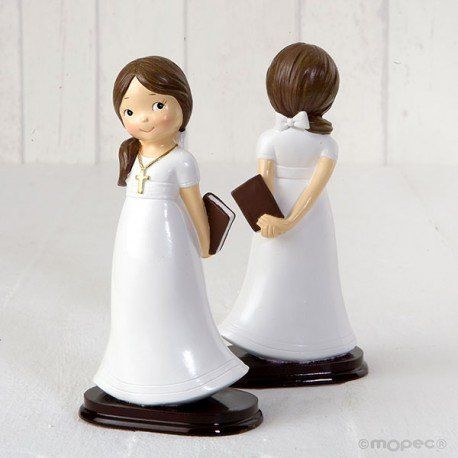 Figura tarta comunión,niña con coleta y lazo, en las manos lleva una biblia y al cuello una cadena con cruz. Base de madera.   #figuratartacomunion #figura #tarta #comunion #munecospastelcomunion