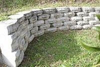 Um muro de contenção feito de blocos de concreto que imitam pedras. Foto de Armcom Precast