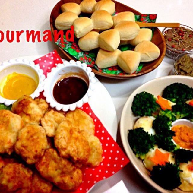 クリスマスパーティー  ポテサラリースサラダ くららちゃんのナゲット くららちゃんのバゲット生地でスターパン トミーちゃんの茄子キャビ ゆうちゃんのレバーペースト  別の投稿から、豚軟骨の煮込み、アクアパッツァ 写真撮り忘れの 砂肝とマッシュルームのアヒージョ  その他、友達から 天肉、ホルモンの湯引き、桜肉の刺身、里芋のお焼き… などなど♪ お腹いっぱい、めっちゃ楽しいパーティーになったよ〜(≧∇≦) ポテサラリースは、ともちゃんの投稿から参考にさせてもらいました♡  みなさん食べ友お願いします♪ - 231件のもぐもぐ - クリスマスパーティー  ポテサラリース、くららちゃんのナゲットとバゲット、トミーちゃんの茄子キャビ、ゆうちゃんのレバーペースト by gourmand