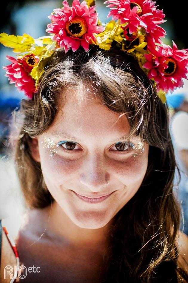 Flores na cabeça e capricho na purpurina na hora de se preparar pro carnaval do Rio de Janeiro.