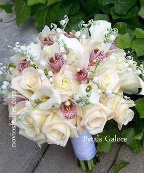 Romántico ramo de novia con orquídeas blancas de lengua rosada, calas blancas, rosas en tonos crema y lirios del valle