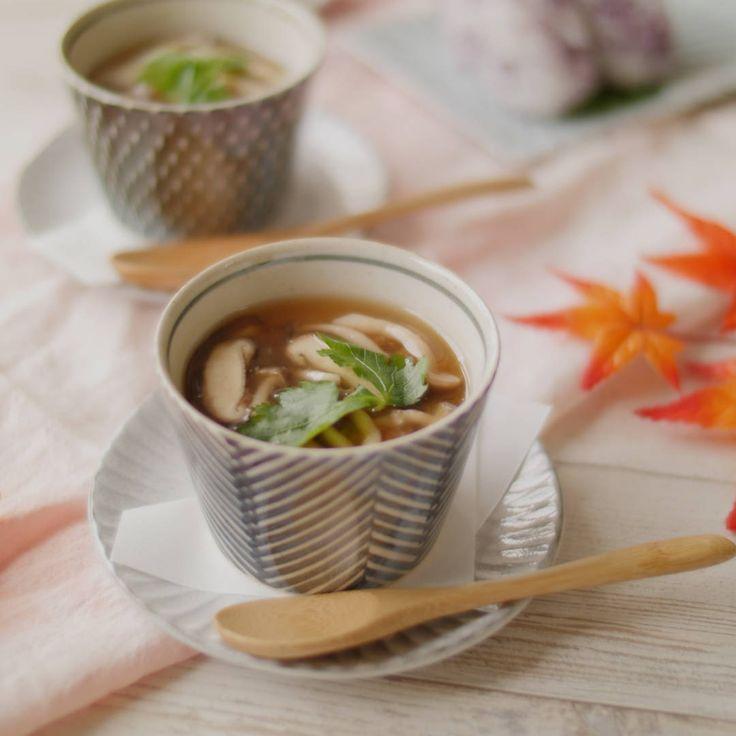 「きのこあんかけ茶碗蒸し」のレシピと作り方を動画でご紹介します。蒸し器がなくても、フライパンでなめらかな茶碗蒸しが作れます!やさしい味わいのきのこあんは、レンジで簡単に作れて色々な料理にアレンジ可。おもてなしにもおすすめです♪