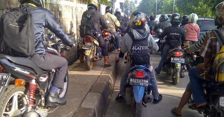 Naik Motor di Jalanan Trotoar
