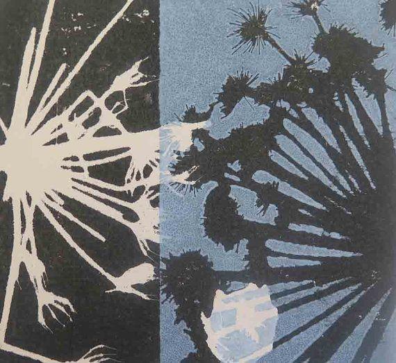 Kleine hand gedrukt oorspronkelijke botanische kunst afdrukken. Dusky wedgewood hemelsblauw. Beïnvloed door de Japanse kunst en Art Deco Een mooie kleine originele kunst botanische monoprint. Geïnspireerd door de Arts and Crafts-beweging en Japans design. Gedrukt met inkten gemengd op de plaat voor de productie van een unieke mix van dusky wedgewood hemelsblauw. Deze unieke en originele ooak botanische monoprint is gemaakt met liefde en zorg direct met behulp van planten uit wandelen langs…