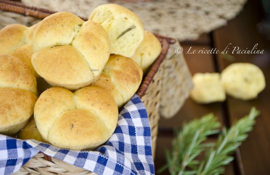 Buono come il pane! Oggi Tgcom24 ci propone i Panini patate e rosmarino: mmmm... sarà che a me piace fare il pane... sarà che sono le 12:51... ma ho una faaaameee!!