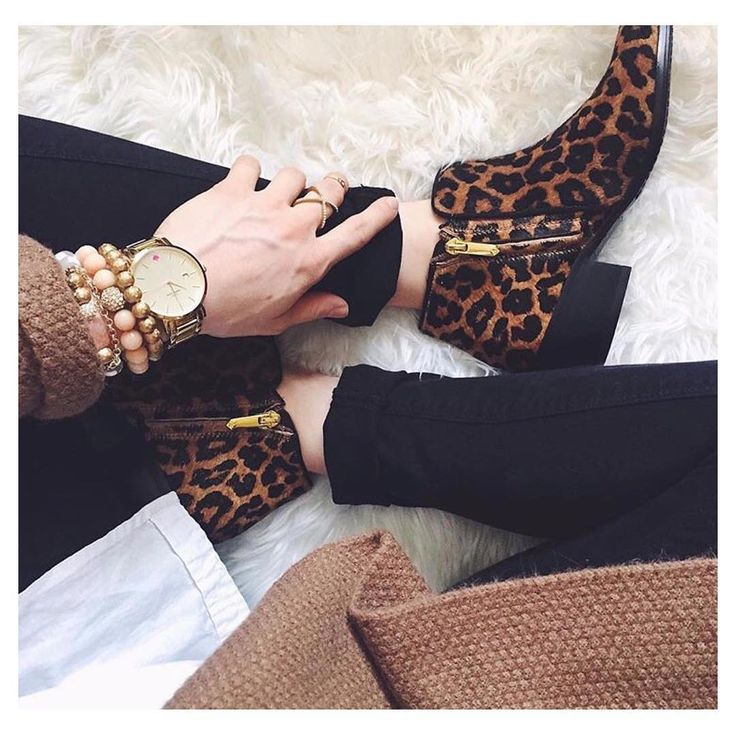 Leopard Print Ankle Boots with black skinny jeans, white tail out shirt and oversized chunky cardigan
