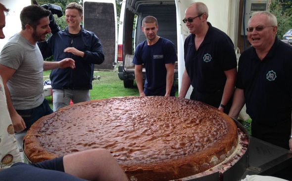 World's biggest CAKE! Victoria Sponge weighs 50st and has 350,000 calories - https://buzznews.co.uk/worlds-biggest-cake-victoria-sponge-weighs-50st-and-has-350000-calories -