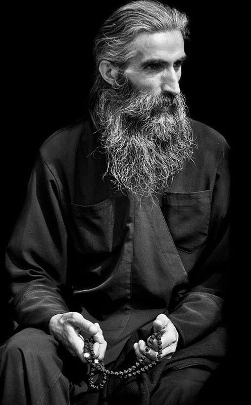 Οι αδελφοί ρώτησαν τον Αββά Αγάθωνα: Πάτερ, ανάμεσα σ' όλες τις διάφορες δραστηριότητές μας, ποια είναι η αρετή που απαιτεί την πιο μεγάλη προσπάθεια; Εκείνος απάντησε: «Συχωρέστε με, αλλά νομίζω ότι δεν υπάρχει μεγαλύτερος μόχθος από το το να προσεύχεσαι στο Θεό. Γιατί κάθε φορά που ένας άνθρωπος θέλει να προσευχηθεί, οι εχθροί του οι δαίμονες προσπαθούν να τον εμποδίσουν· γιατί ξέρουν ότι τίποτε δεν τους είναι μεγαλύτερο εμπόδιο από την προσευχή στο Θεό. Σ' ο,τιδήποτε άλλο αναλάβει ο…