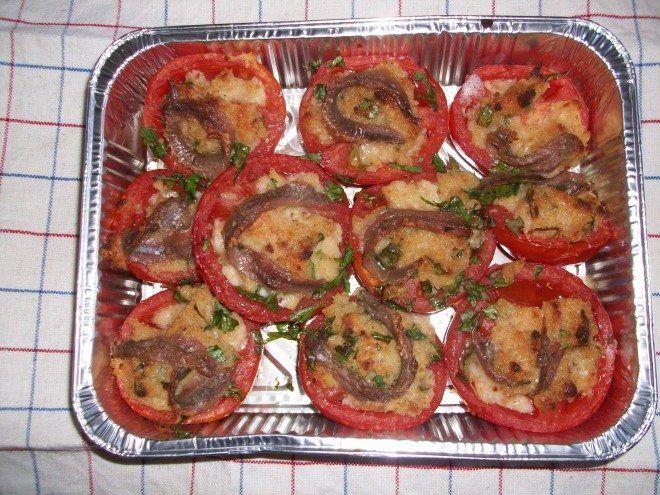 Piatto vegetariano molto semplice e gustoso: prevede pomodori maturi, latte, pan grattato, parmigiano , prezzemolo,filetti di alici e passaggio in forno.