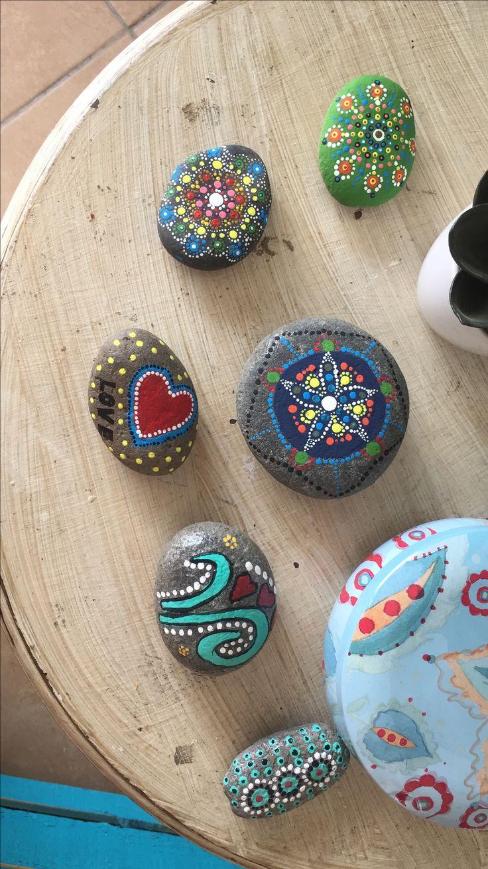 Mandalas pintados sobre piedra con pintura acrílica