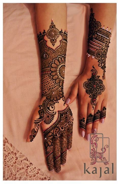 Indian bridal henna or mehndi with glitter. Bridal fashion.