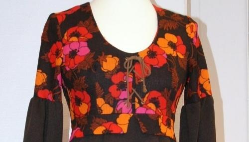 Vintage kjole Brun med rosa og orange blomster. med knyting, har vrt lagt opp. Polyester vaskes for hnd br 86 liv 71 hofter 75