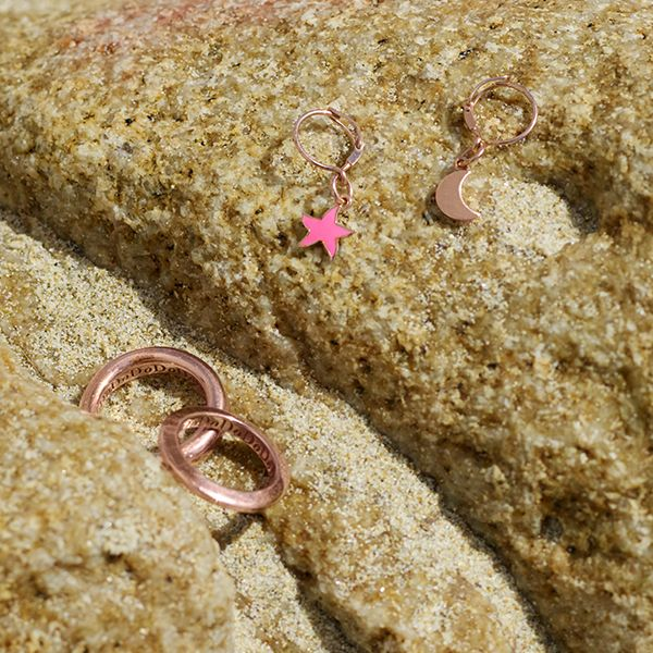 This summer, be sure to stand out on the beach while waiting for the waves. See these glorious earrings.