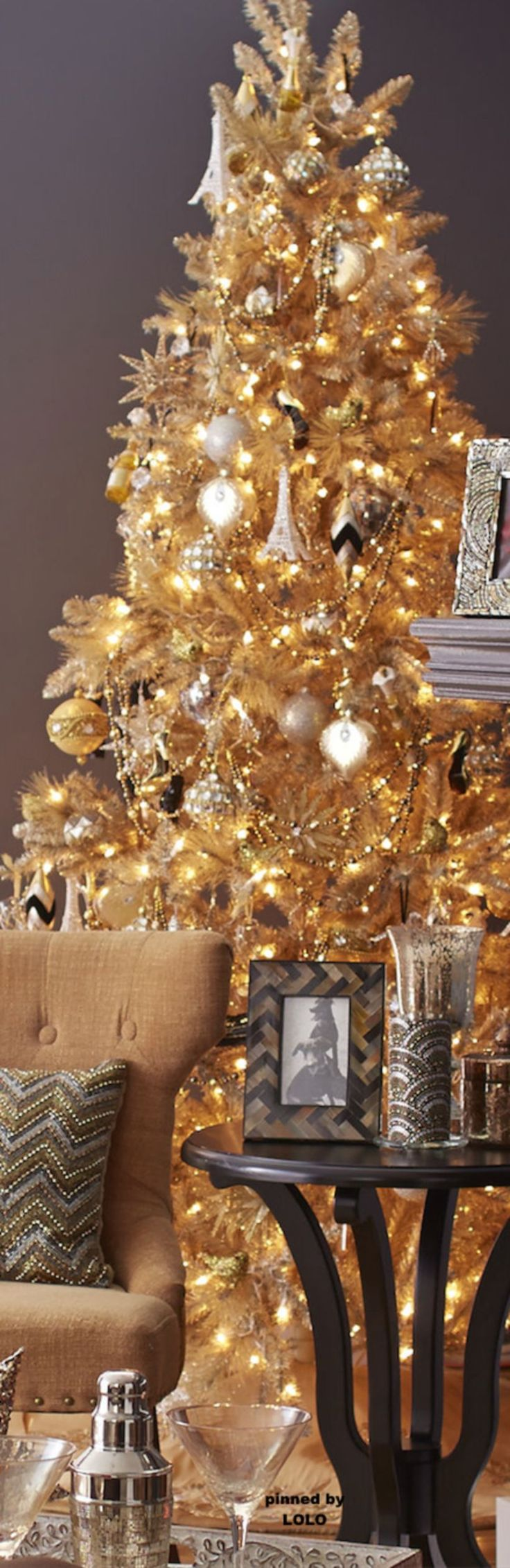 cool 55 Gorgeous Christmas Décoration Ideas with Sparkling Gold Theme https://about-ruth.com/2017/10/25/55-gorgeous-christmas-decoration-ideas-sparkling-gold-theme/