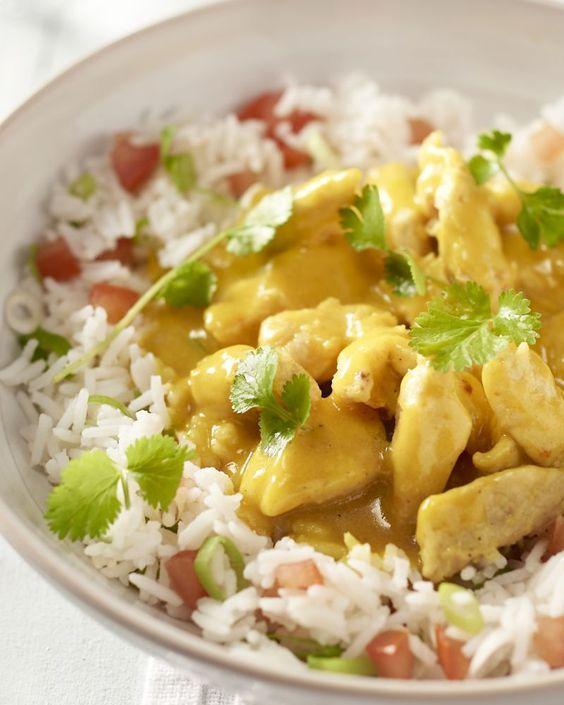 Kip met curry is een absolute topper uit de Aziatische keuken. Met dit recept zet je deze favoriet in slechts 20 minuten op tafel.