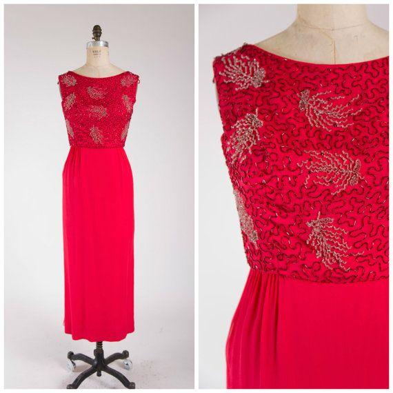 Robe vintage des années 1960 • pourpre Royale • en mousseline de soie rouge vif des années 60 perles robe de soirée taille moyenne