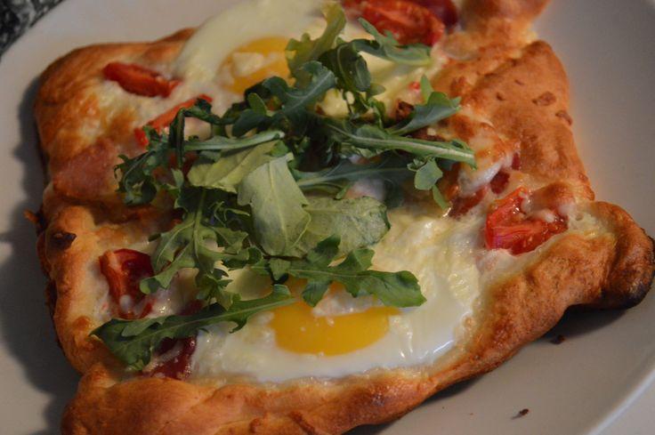 Croissant pizza déjeuner 1 tube de pâte à croissants Pillsbury 4 œufs 4 tranches de bacon  1/4 de tasse de mozzarella râpé  Sel et poivre 6 tomates raisins coupées en quatre *Roquettes ou feuille de basilic pour la décoration