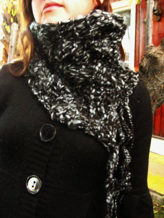 Cuello negro con detalles.  www.facebook.com/arteteji2