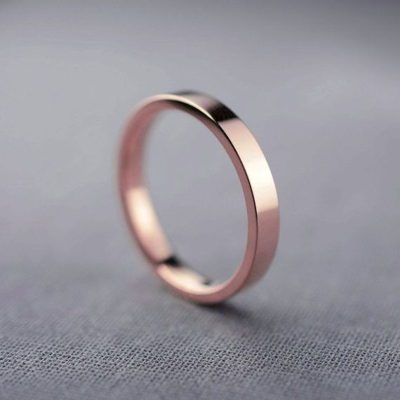 Este anillo unisex de oro rosa de alto brillo: | 43 Deslumbrantes anillos de compromiso de oro rosa que te dejarán sin aliento