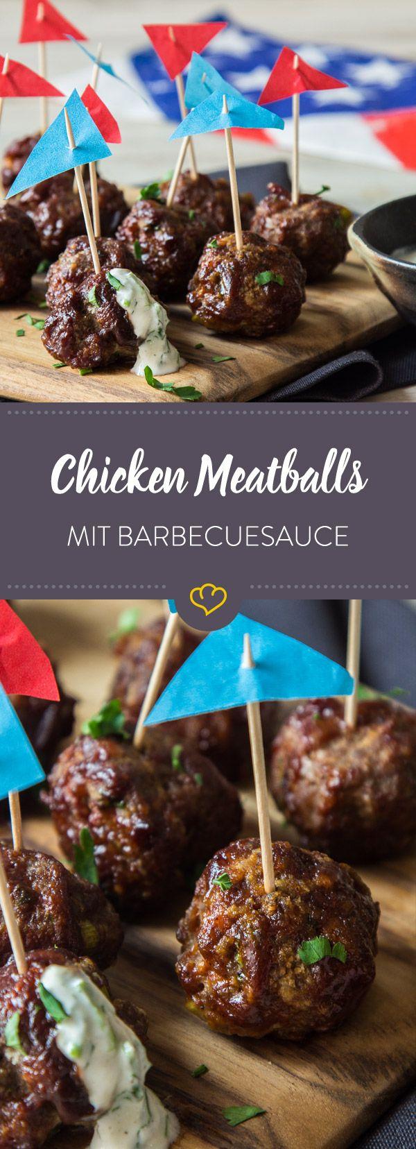 Bevor die Chicken Meatballs ein zweites Mal im Ofen gebacken werden, wendest du sie noch in rauchiger Barbecue Sauce. Dazu gibt's ein Dressing mit Kräutern.