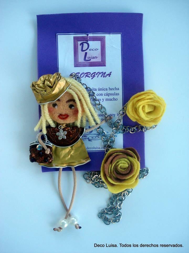 Con dos rosas y sombrero. Aviso estas muñecas no se pueden copiar, están registradas.