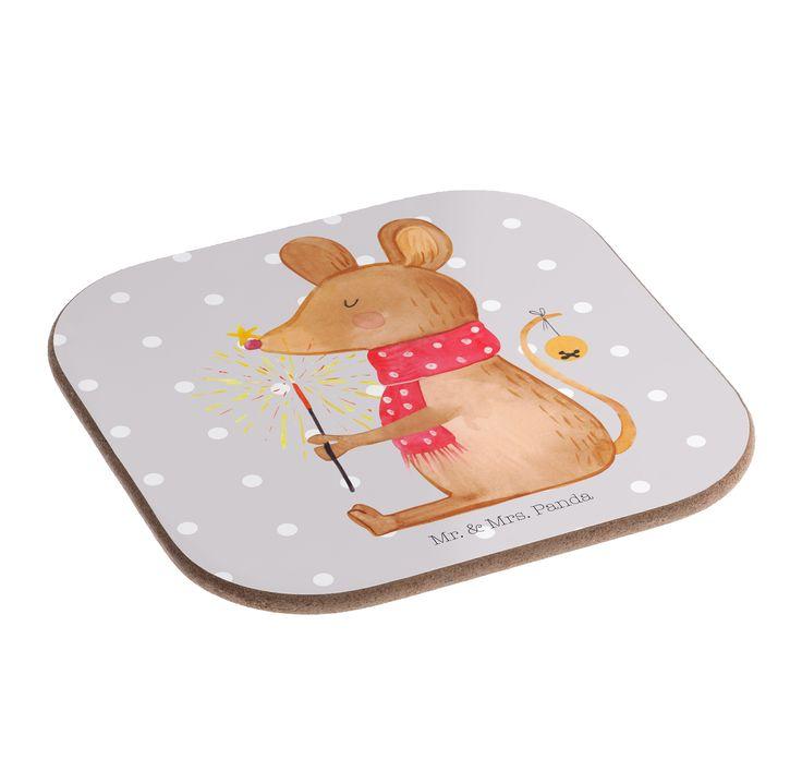 Quadratische Untersetzer Weihnachtsmaus aus Hartfaser  natur - Das Original von Mr. & Mrs. Panda.  Dieser wunderschönen Untersetzer von Mr. & Mrs. Panda wird in unserer Manufaktur liebevoll bedruckt und verpackt. Er bestitz eine Größe von 100x100 mm und glänzt sehr hochwertig. Hier wird ein Untersetzer verkauft, sie können die Untersetzer natürlich auch im Set kaufen.    Über unser Motiv Weihnachtsmaus  Lichterglanz, der Duft von Keksen und Mandarinen, die wundervolle Stimmung im Herzen…
