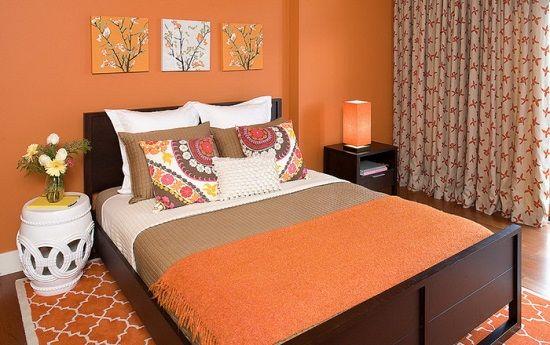 Яркий интерьер спальни с использованием персикового цвета в отделке