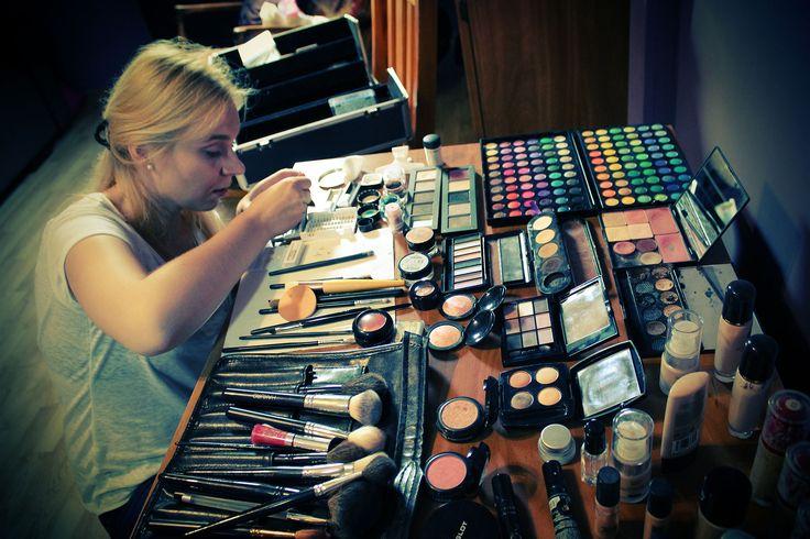 Karolinka uzbrojona w kosmetyki po zęby :) - makijaże ślubne dla panny młodej i towarzyszek.