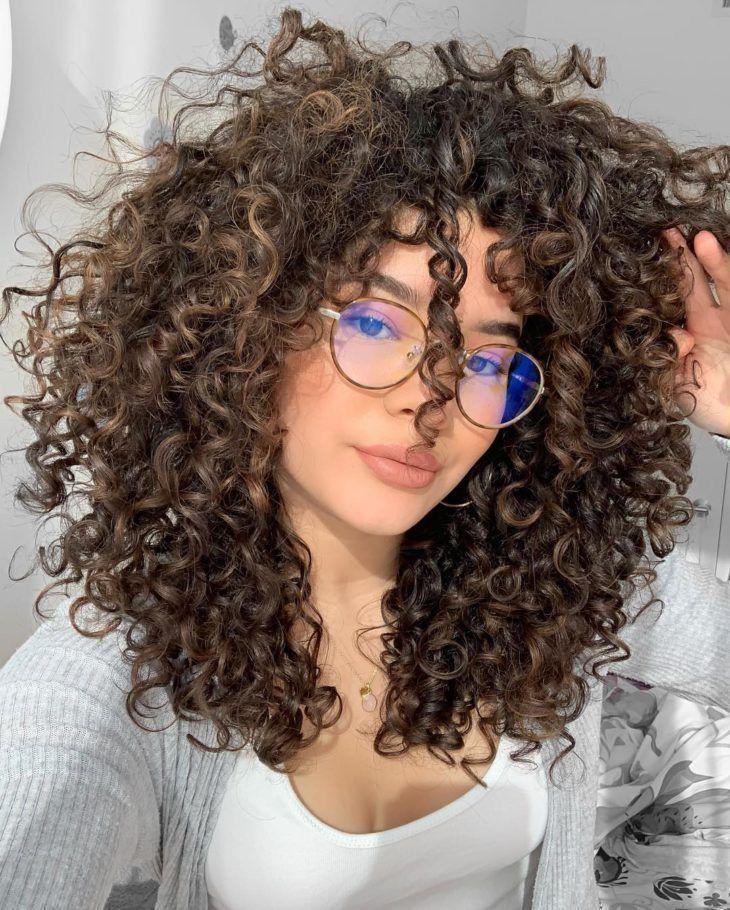 Año nuevo, look nuevo. ¡Checa todas las tendencias en cortes de cabello para el 2021! Desde cabello corto a largo; diferentes estilos, colores y texturas. Curly Hair Cuts, Curly Hair Styles, Natural Hair Styles, Girls With Curly Hair, Natural Curly Hair, Curly Light Brown Hair, Curly Wigs, Curly Hair Layers, Mixed Girl Curly Hair