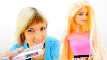Кукла Барби и Маша. Видео для девочек. Красим волосы кукле. Распаковка Барби с цветными волосами http://video-kid.com/10398-kukla-barbi-i-masha-video-dlja-devochek-krasim-volosy-kukle-raspakovka-barbi-s-cvetnymi-volosa.html  Видео про Барби, у который есть специальная краска для волос. Ты любишь наряжать своих кукол, выбирать для них украшения и аксессуары? Если тебе нравятся игры с куклами и видео про кукол, тогда давай попробуем вместе покрасить Барби волосы. У Маши есть настоящие мелки…