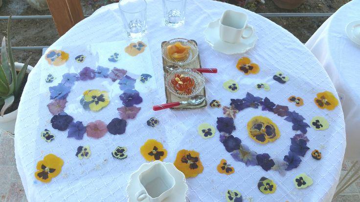 σουπλά με φυσικά αποξηραμένα και πλαστικοποιημένα λουλούδια ( πανσέδες και πετούνιες ) .