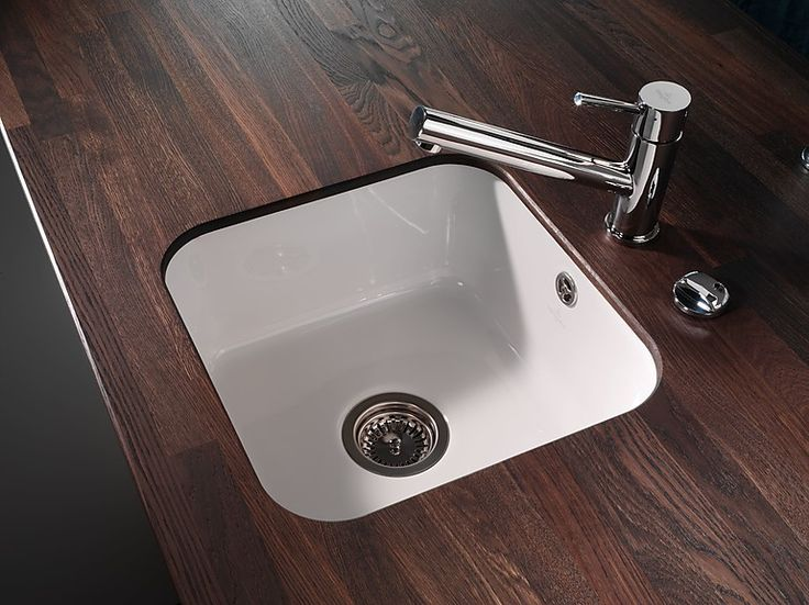 Für die kleine Küche stehen auch Küchenspülen mit kleinen Abmessungen zur Wahl wie diese kleine Unterbauspüle aus Keramik.
