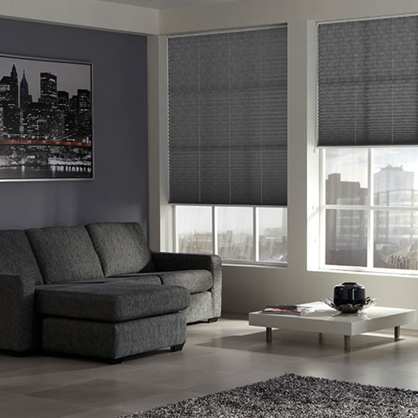 Le store plissé classique gris pour une pièce de vie moderne et protégée ! #surmesure #store #blind #gris #grey #ideedeco #deco #storesdiscount