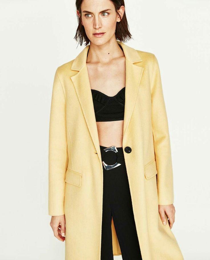 Outfit Amalia: De prinses draagt een gele mantel van Zara