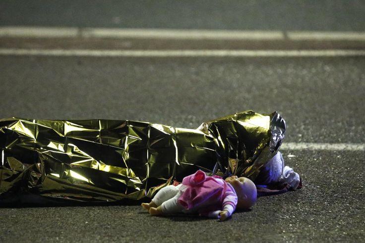 Ανθρώπων Έργα.... A body is seen on the ground July 15, 2016 after at least 30 people were killed in Nice, France, when a truck ran into a crowd celebrating the Bastille Day national holiday July 14. REUTERS/Eric Gaillard