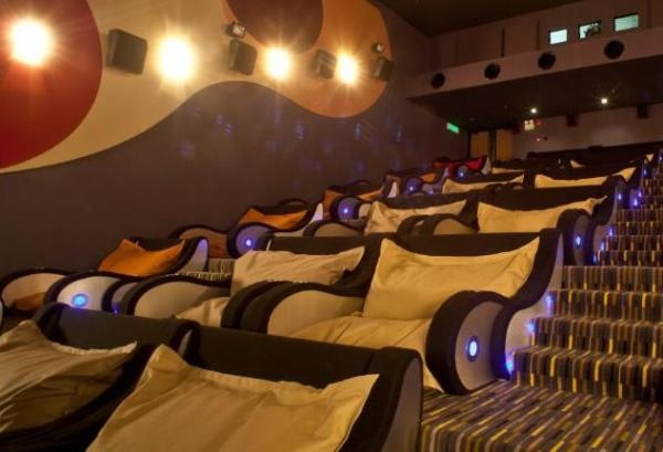Sala de cinema. - this would be awesome!  Austin, TX plz get one of these  serve cocktails / wine / champagne