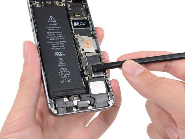 4. Hvis du løfter kontakten på hovedkortet kan du komme til å ødelegge batterikontakten.